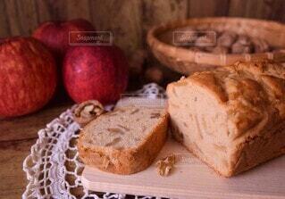 クルミとりんごのケーキの写真・画像素材[4929307]