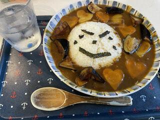 テーブルの上に座っている食べ物のボウルの写真・画像素材[4874153]