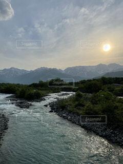 川と山と夕陽の写真・画像素材[4874223]