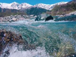 北アルプスと雪解け水の写真・画像素材[4875213]