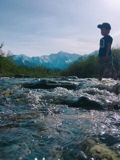五竜岳と子供と川の写真・画像素材[4875225]