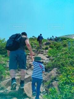 息子たちと山の上の写真・画像素材[4930373]
