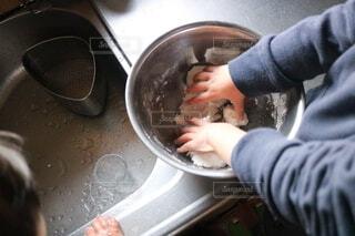 料理をする子どもの写真・画像素材[4882544]