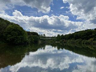 青空と湖の写真・画像素材[4905397]