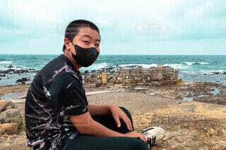 ビーチに座っている人の写真・画像素材[4871999]