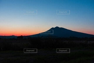 背景に夕日があるの写真・画像素材[4872019]