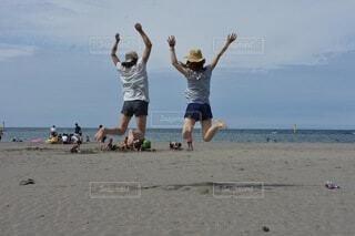 砂浜の上でフリスビーのゲームをしている男の写真・画像素材[4873942]