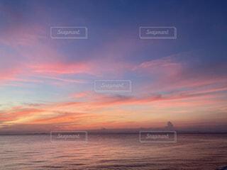 ビーチに沈む夕日の写真・画像素材[4875915]