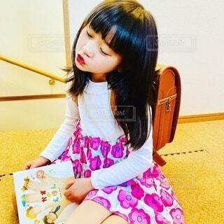 絵本を読む女の子の写真・画像素材[4894648]