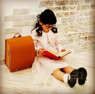 本を読んでる女の子の写真・画像素材[4897043]