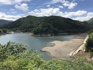 晴れの日のダム湖の写真・画像素材[4872517]