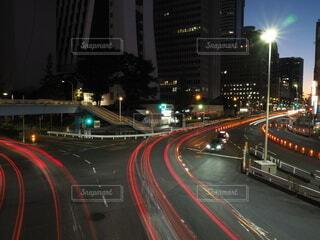 夜の交通で満たされた通りの写真・画像素材[4877449]