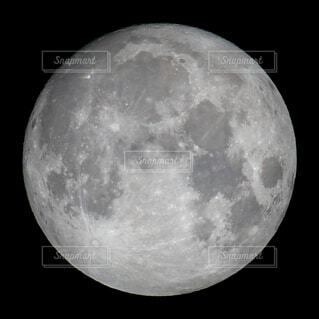 自然,風景,空,夜空,屋内,白,黒,暗い,光,月,満月,クレーター,月面,ルナ,月と雲,天文学