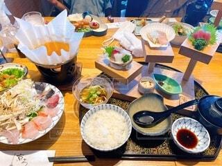 皿に食べ物の皿をトッピングしたテーブルの写真・画像素材[4873247]