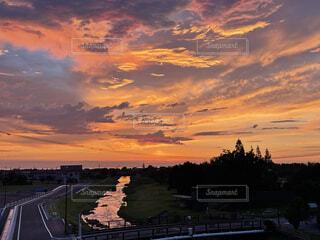 夕暮れのオレンジ色の空の写真・画像素材[4874118]