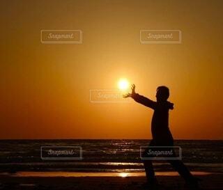 夕陽を持つ人の写真・画像素材[4874921]