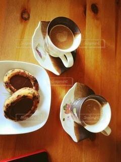 食べ物の皿とコーヒー1杯の写真・画像素材[4903058]