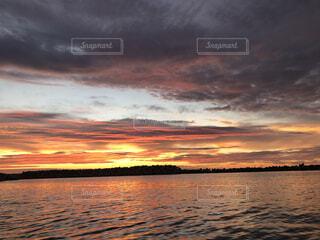 水の体に沈む夕日の写真・画像素材[4874510]