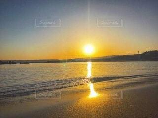 水の体に沈む夕日の写真・画像素材[4874505]
