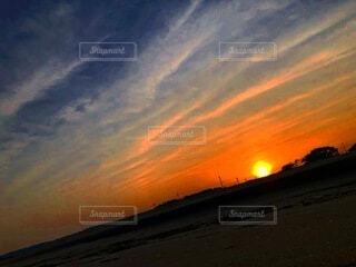 背景にオレンジ色の夕日の写真・画像素材[4874506]