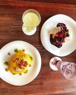 食べ物の皿をテーブルの上に置くの写真・画像素材[4874538]