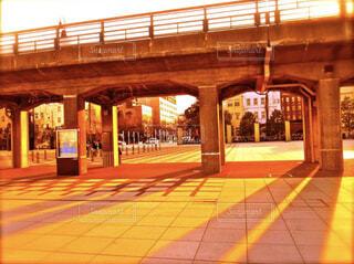【橋×夕暮れ】夕暮れ時に伸びる影の写真・画像素材[4875065]