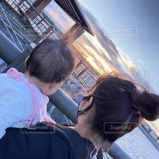 子どもとママ夕焼けの写真・画像素材[4879332]