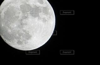 月が照らす夜の写真・画像素材[4920569]