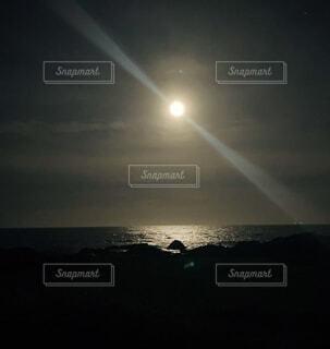 海が月に照らされ、今宵は海も主役の写真・画像素材[4875530]