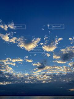 夏の終わりの雲の写真・画像素材[4875664]