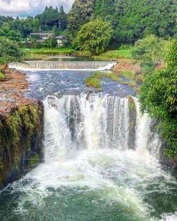 緑に囲まれた滝の写真・画像素材[4876314]