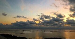 海に沈む夕日の写真・画像素材[4876318]