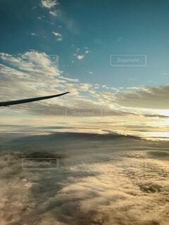 雲の上を飛ぶ飛行機の写真・画像素材[4876319]