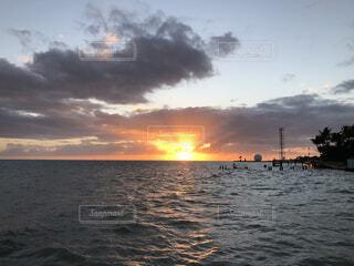 海,空,屋外,湖,太陽,かわいい,雲,きれい,晴れ,夕暮れ,かっこいい,海辺,船,大空,水面,夕方,オシャレ,写真,sunset,サンセット,天気,非日常,パワー,映え,写真映え