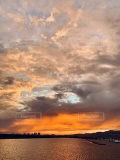 雨上がりの夕焼けの写真・画像素材[4877896]