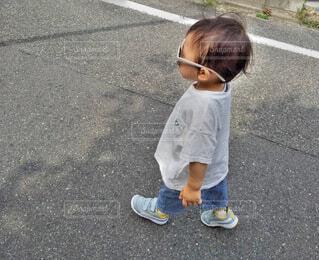 サングラス,男の子,お散歩,スニーカー,デニム,boy,白Tシャツ