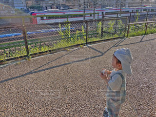 風景,公園,屋外,電車,子供,人物,人,地面,幼児,少年,男の子,キャップ,遊び場,オーバーオール,boy