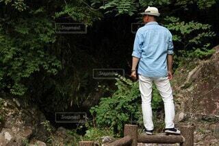 男性,風景,屋外,帽子,ジーンズ,樹木,人物,人,ハイキング,ズボン