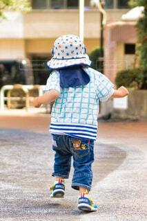 子ども,風景,公園,夏,アクセサリー,屋外,後ろ姿,帽子,ジーンズ,人物,人,地面,幼児,少年,若い,躍動,ズボン,少し,日よけ帽