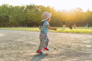 子ども,風景,空,公園,秋,夕日,スポーツ,屋外,太陽,後ろ姿,夕暮れ,人物,人,地面,少年,運動場,履物
