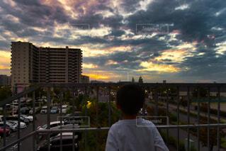 空,建物,秋,夕日,絶景,屋外,哀愁,雲,後ろ姿,夕暮れ,夕方,都会,人物,人,高層ビル,レイクタウン