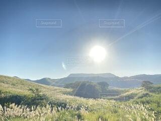 自然,空,屋外,太陽,雲,青,山,草,丘,大地,高原,山腹,バック グラウンド