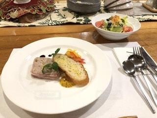食べ物,ディナー,パン,フォーク,テーブル,野菜,皿,食器,サラダ,レストラン,料理,調理,フレンチ,菓子,ファストフード,大皿,付け合わせ,アラカルト食品