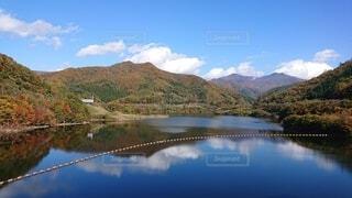 山を背景にした水の体に架かる橋の写真・画像素材[4964222]