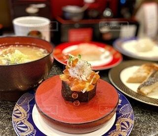 食べ物,屋内,皿,食器,お寿司,料理,寿司,海鮮,回転寿司,軍艦巻き,いくら,回転すし