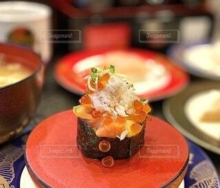 食べ物,屋内,皿,お寿司,料理,寿司,海鮮,回転寿司,軍艦巻き,いくら,回転すし