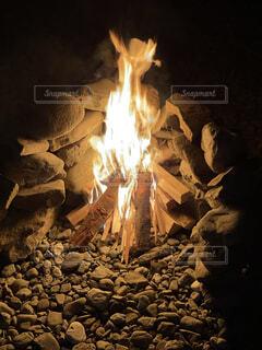 暖炉の隣の岩のクローズアップの写真・画像素材[4882761]