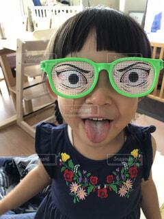 風景,屋内,緑,サングラス,女の子,眼鏡,人物,人,笑顔,幼児,おちゃめ,メガネ,3歳,自分撮り,人間の顔