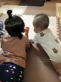 子ども,風景,屋内,人物,人,赤ちゃん,姉妹,乳幼児,人間の顔