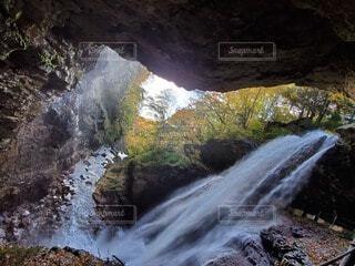 滝と紅葉の写真・画像素材[4887605]